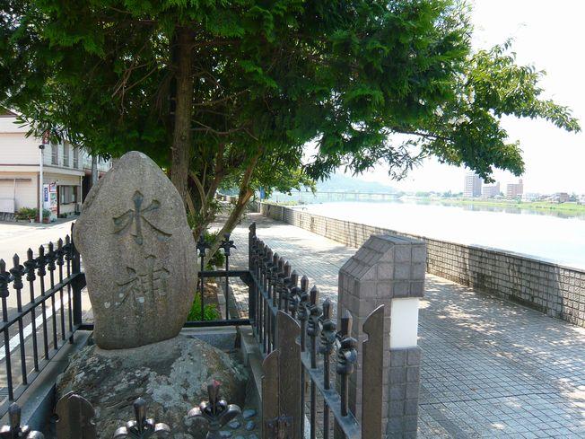 木曽川沿いにまつられている水神様
