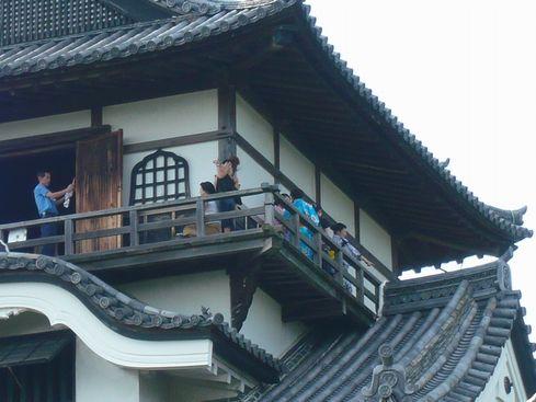 犬山城天守外廻縁で写真撮影する人々