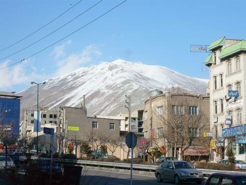 テヘラン市内から北方向の山々を望む